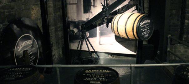 Whiskey-Fässer und Hebewerkzeug