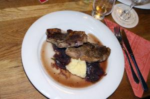 Lammkotelett auf Selleriepürre und Rotweinschalotten