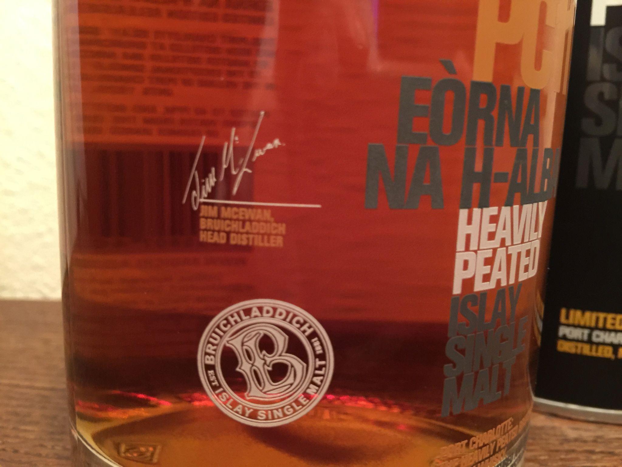 Schon auf ersten Blick sieht der Kenner, dass dieser Whisky von der Insel Islay auch im Sherryfass gelagert wurde.