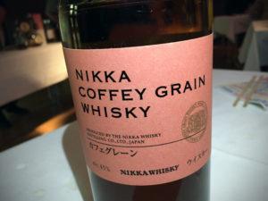 """Flaschenetikett des Nikka Coffey Grain während des Whisky-Tastings zur Sonderausstellung """"Oishii! Lecker Essen"""" im Linden-Museum Stuttgart am 10. Februar 2017."""