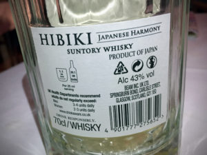 """Etikett auf der Flaschenrückseite des Suntory Hibiki Harmony während des Whisky-Tastings zur Sonderausstellung """"Oishii! Lecker Essen"""" im Linden-Museum Stuttgart am 10. Februar 2017."""