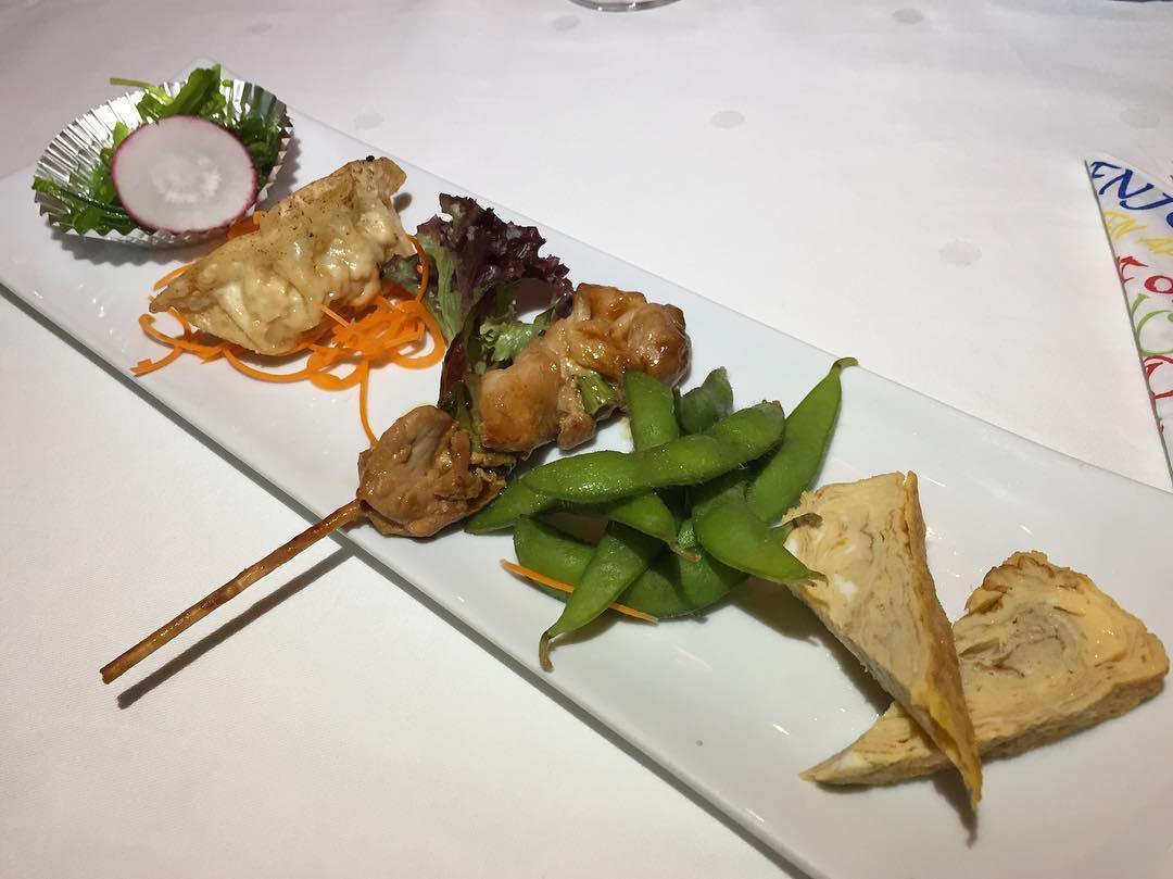 Seetang-Salat, jap. Maultaschen, Yakitori (Hühnchenspieß), grüne Bohnen und jap. Omelette